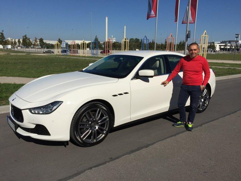 Ein Maserati Ghibli fährt nach Italien